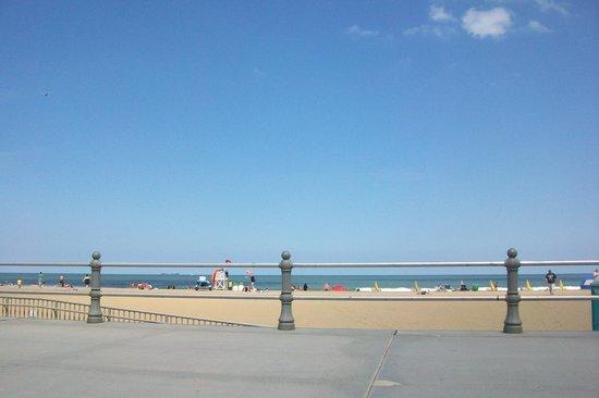 Atrium Resort: Boardwalk and ocean