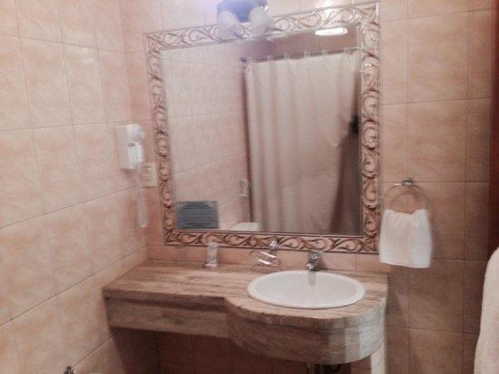 Ba os de marmol elegante y limpio picture of hotel los - Marmol para banos ...