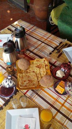 Riad SACR: Petit déjeuner typique sur le toit terrasse