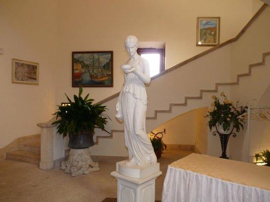 Grand Hotel Dei Castelli: Scalinata con statua