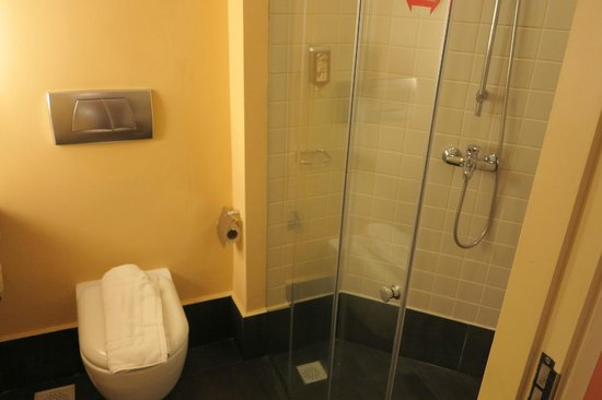 Ibis Singapore on Bencoolen: Tiled shower area
