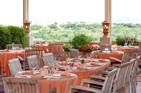 Auberge du Poids Public : terrasse d'été avec vue