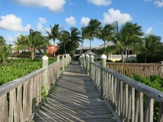 Club Med Columbus Isle: Use the bridges to get to the beach