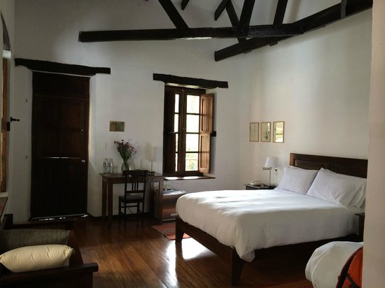 El Albergue Ollantaytambo : Lovely second-floor room with high ceilings
