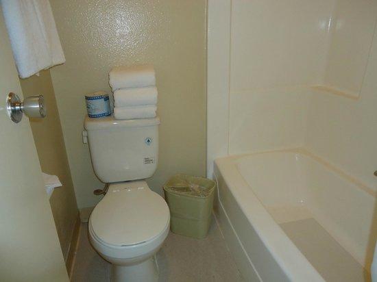 Super 8 Anaheim Near Disneyland: Vista do banheiro