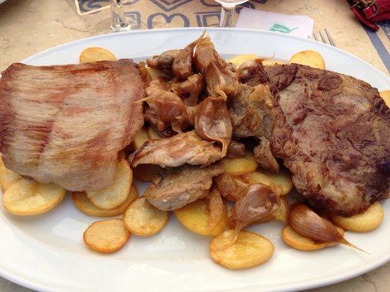Los Coloniales : Assiette de porc grillés avec ail cuit et pommes de terres.  Bon mais très gras!  J'ai mis l'a