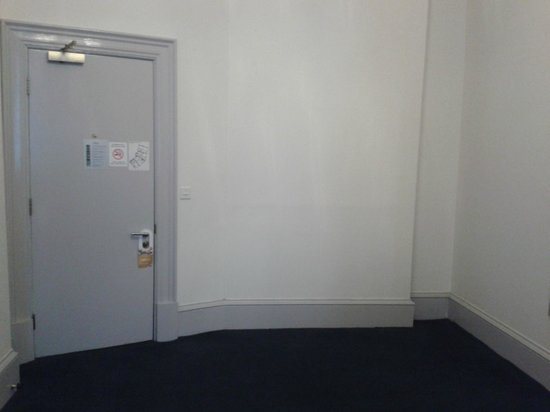 Travelodge Edinburgh Haymarket Hotel: Bare, soulless room.