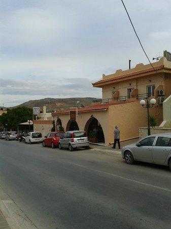 Erato Hotel: Hotel von der Straße
