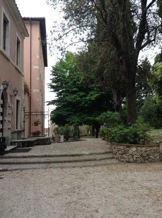 Villa Spirito Santo: giardino e entrata all hotel