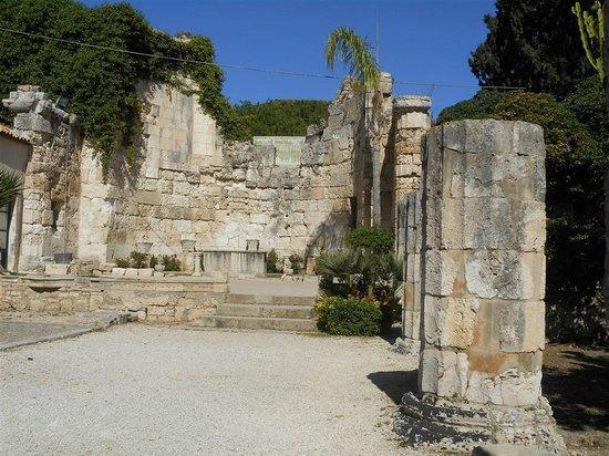 Katakomben des hl. Johannes (Katakomben von Syrakus): Chiesa sovrastante le catacombe, ancora consacrata. Altare.