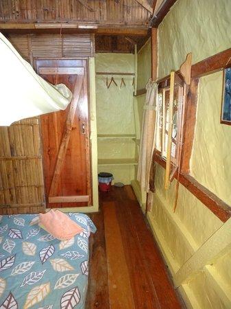 Sol Inn: Habitación doble, estantes, baño
