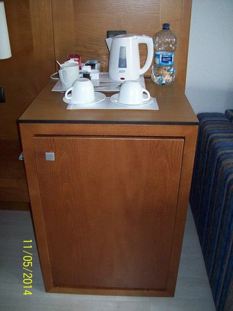 Protur Palmeras Playa: Tea/coffee making facilities and fridge. Room 1233