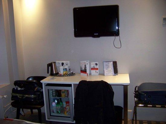 Holiday Inn Paris Auteuil : La chambre avec bureau et mini bar