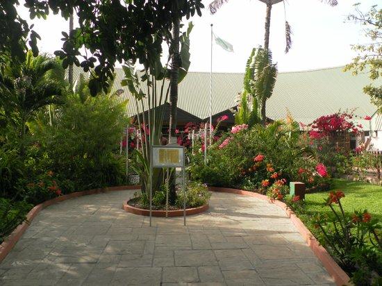 Senegambia Beach Hotel: prachtige en kleurijke tuin