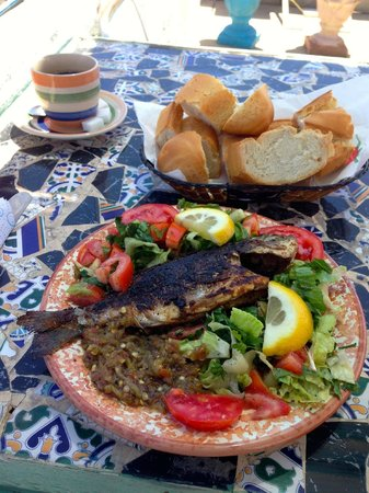 Restaurant Cafe Seles : Fresh grilled fish with lovely bread an veggies