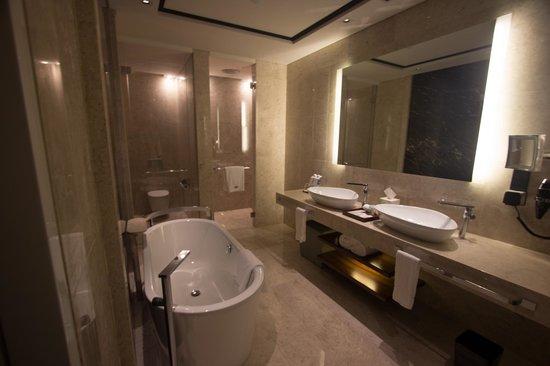 The Westin Singapore: Sea view club room bathroom