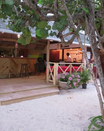 Firefly Beach Cottages: Bar/restaurant area