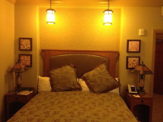 Avila Village Inn: Craftsman design helped make the room charming.