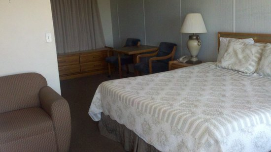 Blue Coast Inn & Suites: King room Tier 2