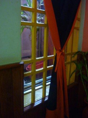Golden Temple Villa: Ventana a un patio interior de 60x60 cm. Única luz natural.