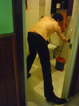 Golden Temple Villa: El empleado que vino a intentar destapar el baño en plena inundación.