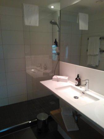 Hotel Das Weitzer: Modern bathroom