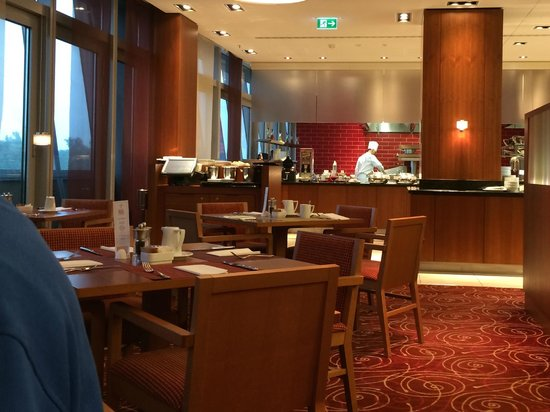Hilton Garden Inn Frankfurt Airport: View of the breakfast room
