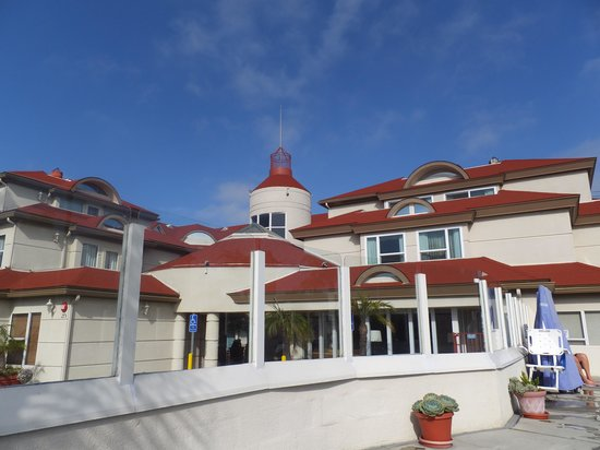 BEST WESTERN PLUS Suites Hotel Coronado Island: front of hotel as seen from pool