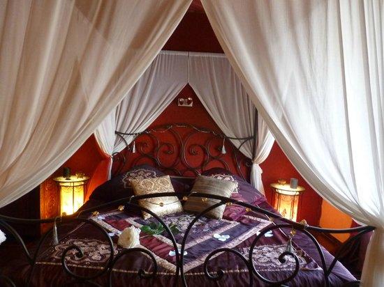Domaine de la Croix du Vexin : Le lit avec sa rose
