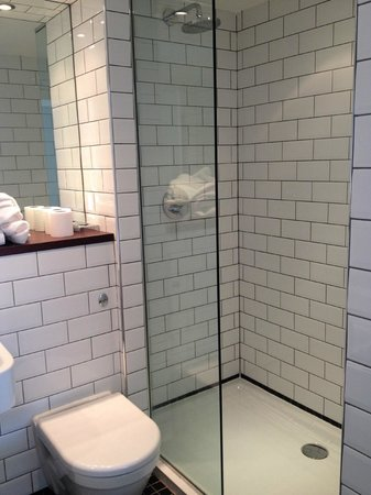 The Falmouth Townhouse: Room 10- Great bathroom with seperate shower