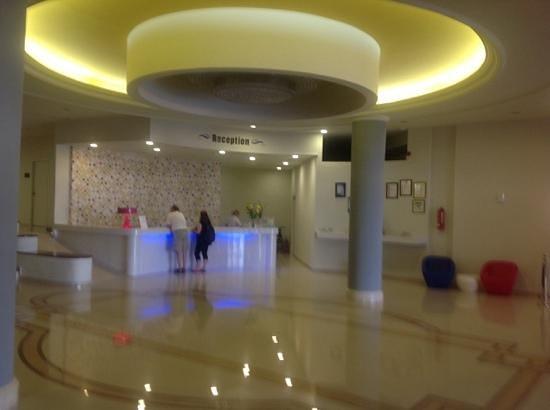 Smartline Cosmopolitan Hotel: reception, modern and nice