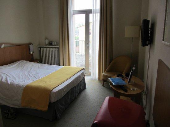 Grand Hotel Filippo : Chambre, vue vers le balcon