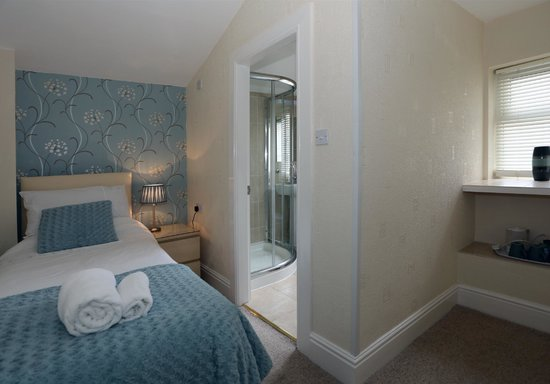 Del-Mar Bed & Breakfast: triple room showing single / ensuite