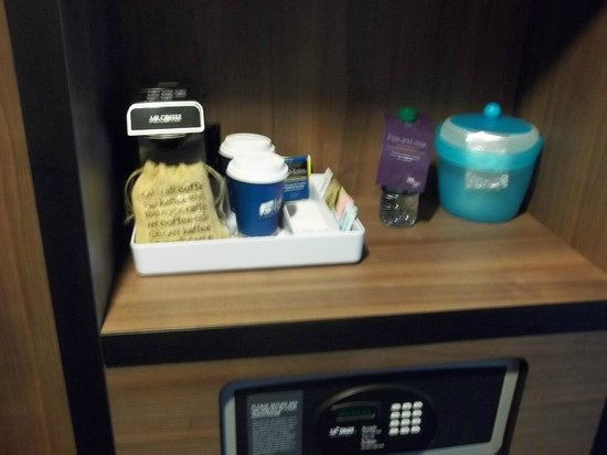 Aloft Atlanta Downtown: Coffee machine and supplies