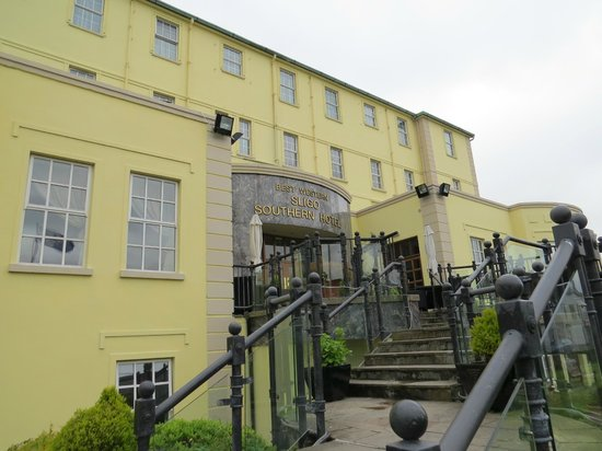 Great Southern Hotel Sligo: Front of hotel with lots of steps