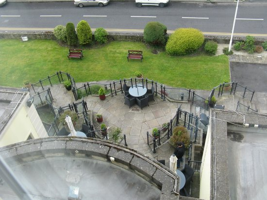 Sligo Southern Hotel: View from room looking down on front of hotel