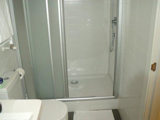 Hostal Benidorm: shower