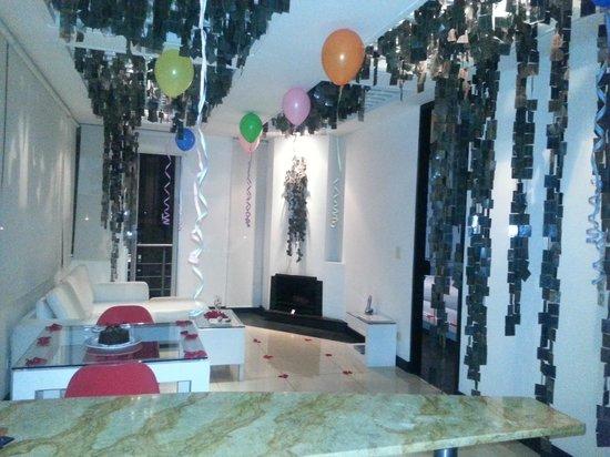 Hotel 104 Art Suites: Sala con globos, petalos, torta etc