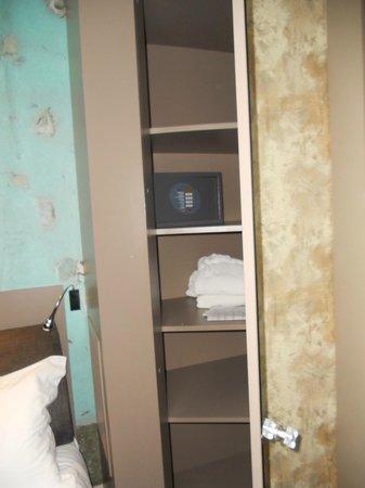 Apostrophe Hotel : Armadio con cassaforte