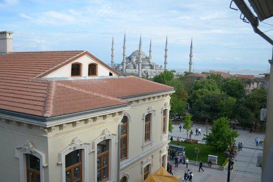Istanbul Hotel Akdeniz : Вид из номера на Голубую мечеть и Мраморное море