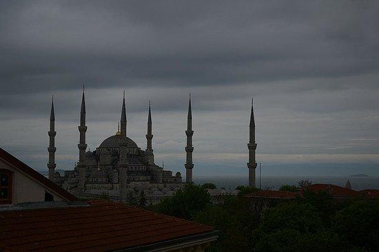 Akdeniz Hotel: Вид из номера на Голубую мечеть