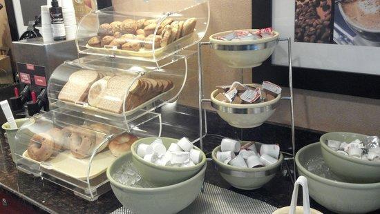 Quality Inn Auburn Hills: breakfast....FREE Breakfast. oh yea!