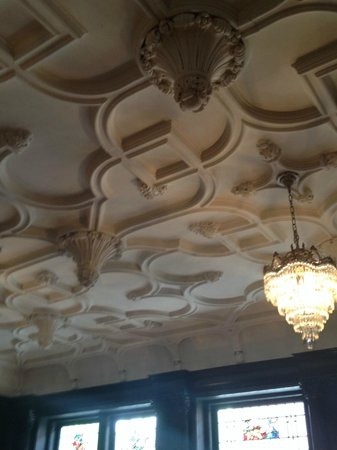 Mansions On Fifth Hotel: Carved plaster ceiling, Mansions on Fifth