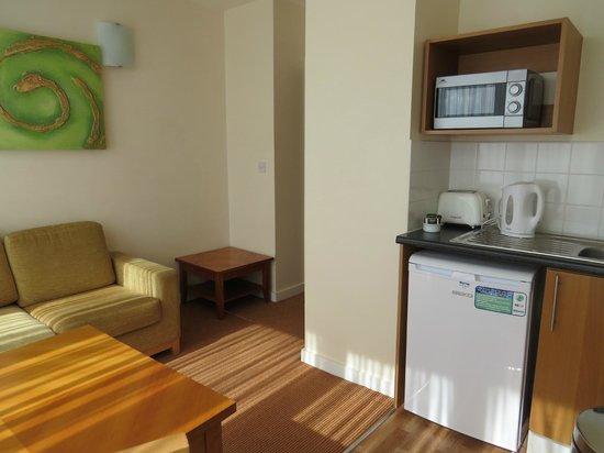 Metro Hotel Dublin Airport : living room kitchen area