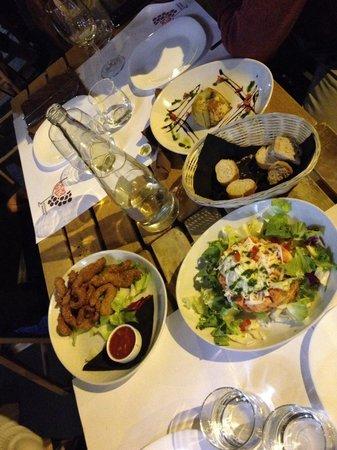 Acino Brillo: Eccoli i nostri antipasti!! Panzanella, pollo al sesamo e melanzana ripiena