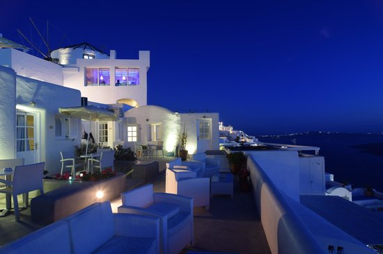 Sunset Hotel: Front deck of hotel looking toard Fira just after sunset