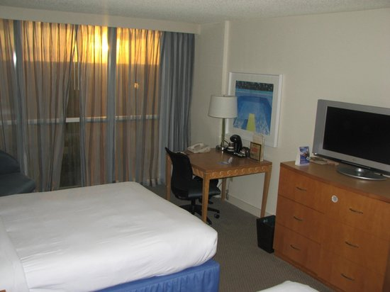 Doubletree By Hilton at the Entrance to Universal Orlando: Convient / spacious desk & work area