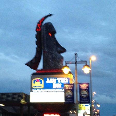 Best Western Aku Tiki Inn: Who knew the eyes lit up?  So cool!