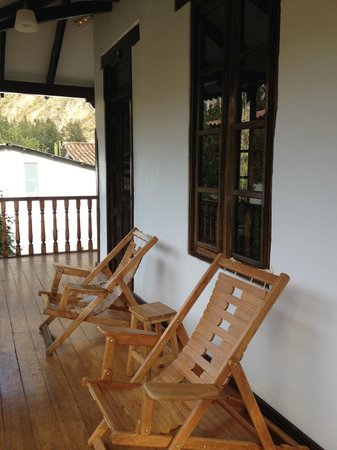 El Albergue Ollantaytambo : chairs with lovely view