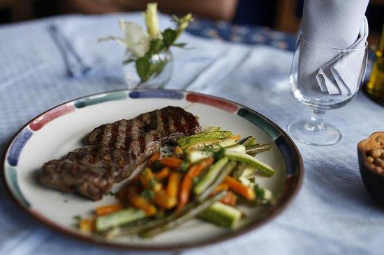 Chalet des Roses: Zebu and vegetables in restaurant.